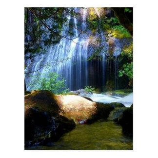 Paisaje hermoso de la selva de la cascada postal