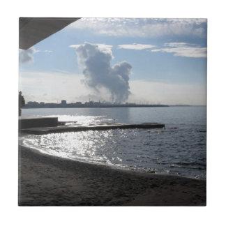 Paisaje industrial a lo largo de la costa azulejo de cerámica