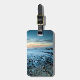 Paisaje marino azul en la puesta del sol, etiquetas para maletas