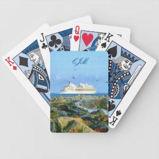 Paisaje marino con el barco de cruceros con baraja de cartas bicycle