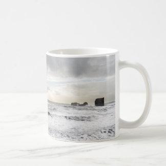Paisaje marino espumoso pálido del océano, taza de café
