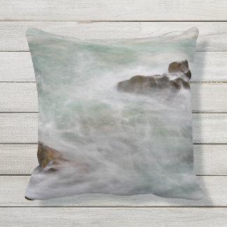 Paisaje marino rocoso de la orilla cojín decorativo