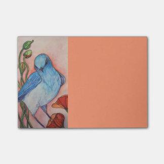 pájaro azul en nota de post-it del melocotón