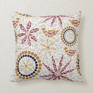 Pájaro del mosaico y almohada de la flor