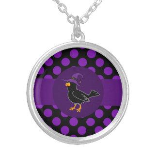 Pájaro negro con el gorra de la bruja y los puntos colgante redondo