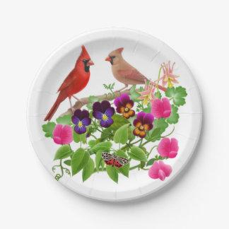 Pájaros cardinales septentrionales en las placas plato de papel