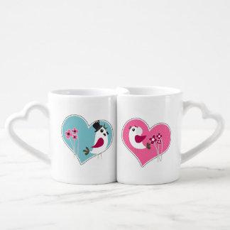 Pájaros del amor del boda en las tazas de los