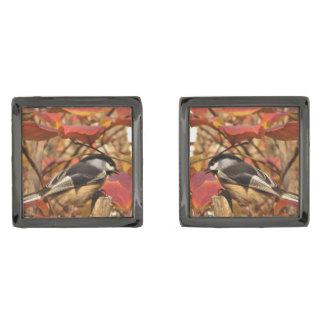 Pájaros del Chickadee en hojas de otoño rosadas y Gemelos Metalizados