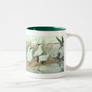 Pájaros del vintage, aves costeras en un pantano taza de dos tonos