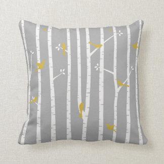 Pájaros en amarillo del blanco gris de los árboles cojín decorativo