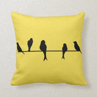 Pájaros en una almohada de tiro del amarillo del