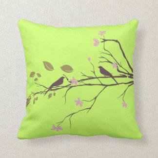 pájaros en verde de la almohada de tiro de la flor