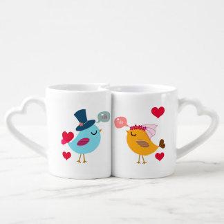 Pájaros novia del amor y tazas de los amantes del