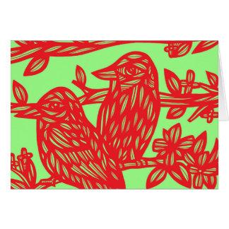 Pájaros rojos del verde dos tarjeta de felicitación