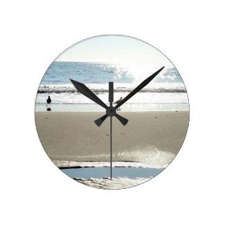 Pájaros, Sun, y reloj de pared de mar