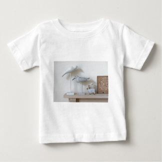 Pájaros y ovejas de madera del abedul camiseta de bebé