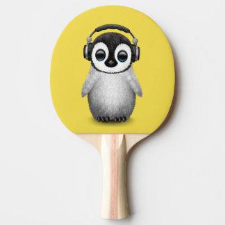 Pala De Ping Pong Auriculares que llevan de DJ del pingüino lindo