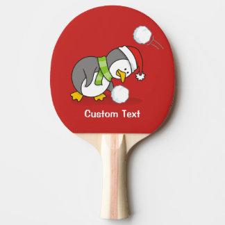 Pala De Ping Pong Pingüino del navidad que consigue una bola de la