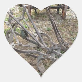 Paleta vieja del hierro y otras herramientas pegatina en forma de corazón