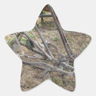 Paleta vieja del hierro y otras herramientas pegatina en forma de estrella