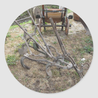 Paleta vieja del hierro y otras herramientas pegatina redonda