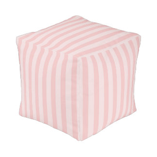 Palidezca - el cuarto de niños rayado rosado de la