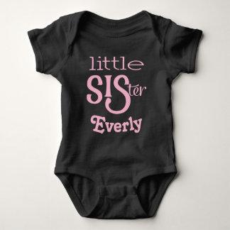 Pálido personalizada - rosa en pequeña hermana body para bebé