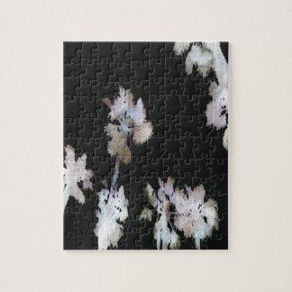 Palmas tropicales en fondo negro puzzle