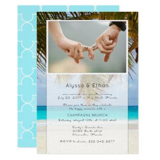 Palmas y invitación de la boda de la foto del mar