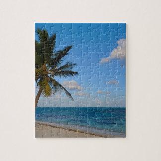 Palmera en una playa puzzle