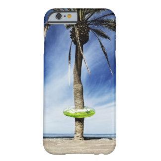 Palmera grande en una playa arenosa con inflable funda barely there iPhone 6