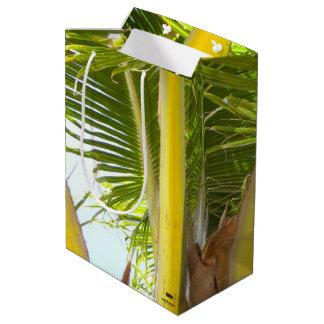 Palmera tropical y cielo azul bolsa de regalo mediana
