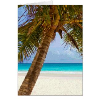 Palmeras en el mar y el cielo azules de la playa tarjeta de felicitación