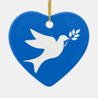 Paloma de la paz adorno navideño de cerámica en forma de corazón
