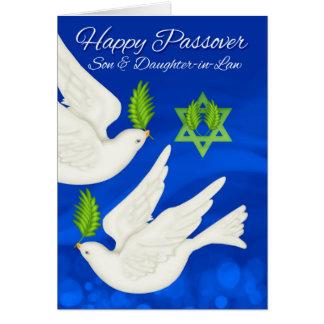 Paloma del Passover del hijo y de la nuera y hoja Tarjeta De Felicitación