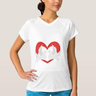 Palomas de paz del ejemplo con el corazón camiseta