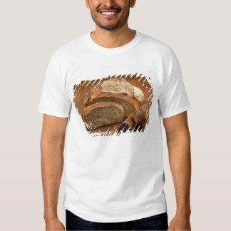 Pan redondo del estilo rural cortado en las camisas