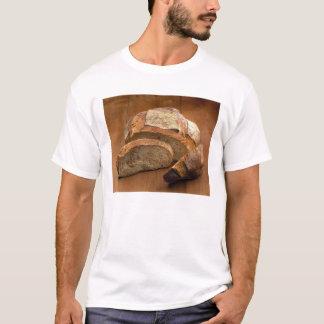 Pan redondo del estilo rural cortado en las camiseta