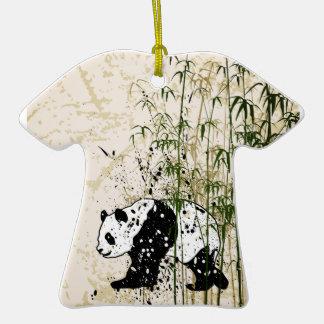Panda abstracta en el bosque de bambú adorno de cerámica en forma de camiseta