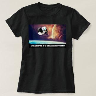 Panda en órbita camiseta