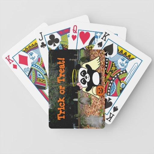 Panda en traje del ángel en cementerio asustadizo baraja cartas de poker