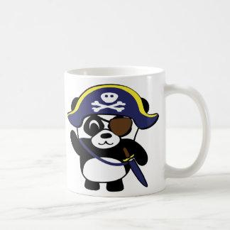 Panda en traje del pirata de los azules marinos taza básica blanca