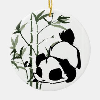 Panda linda con el fondo de bambú adorno de navidad