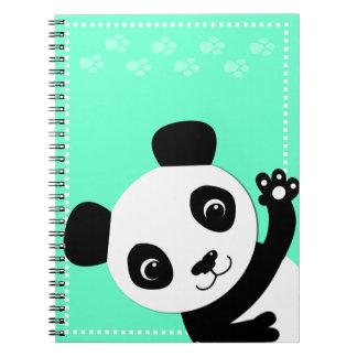 Panda que agita libros de apuntes con espiral