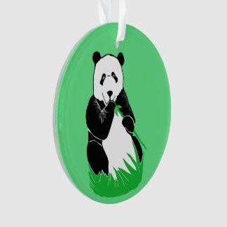 Panda que come el ornamento verde de bambú del