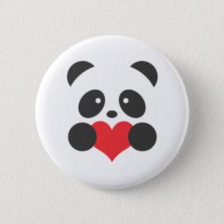 Panda que sostiene un botón del corazón