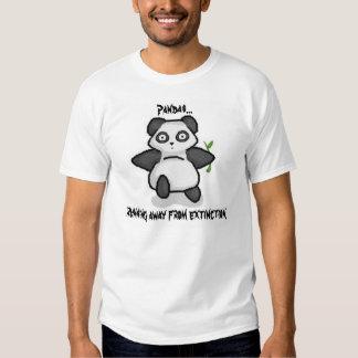 Pandas que corren lejos de la extinción camisetas