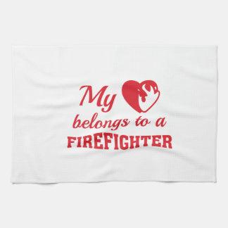 Paño De Cocina El corazón pertenece bombero