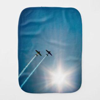 Paño Para Bebés Aeroplanos que vuelan en el cielo azul con Sun.