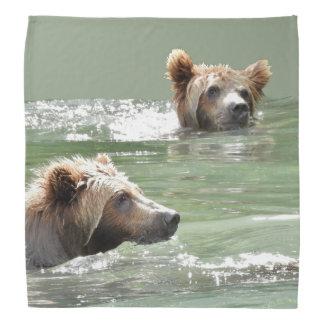 Pañuelo con los cachorros de oso grizzly